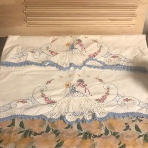 Vintage • set of 2 hand embroidered pillow cases